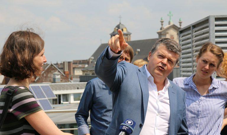 Bürgermeister von Mechelen Bart Somers am Dach des Rathauses