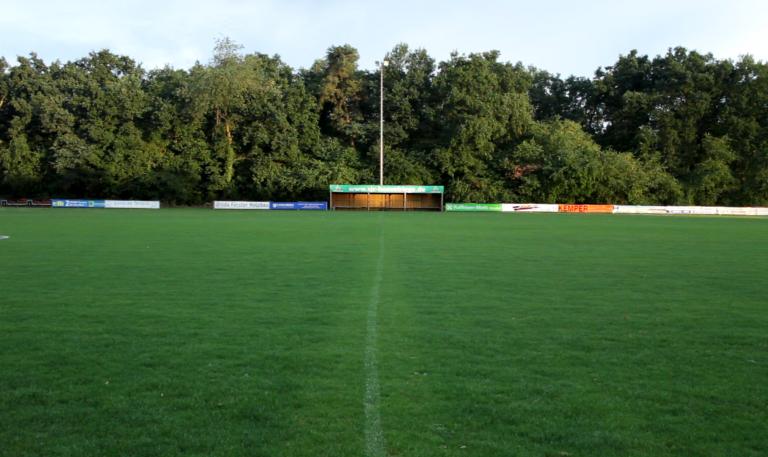 Fußballfeld SJC Hövelriege mit Banner